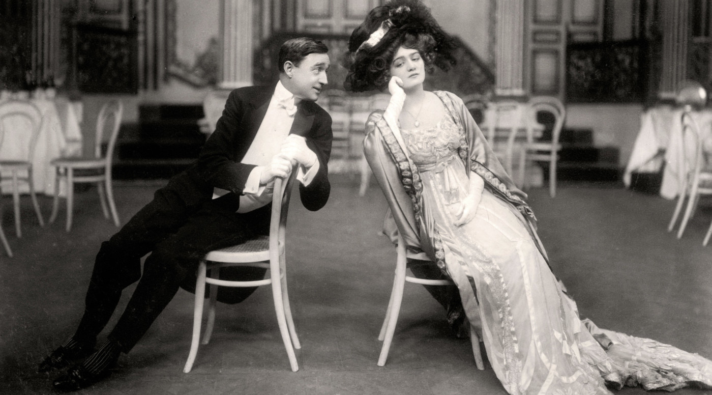 Lily Elsie and Joseph Coyne in 'The Merry Widow', 1907. Elsie and Coyne are playing the parts of 'Sonia' and 'Prince Danilo' respectively.