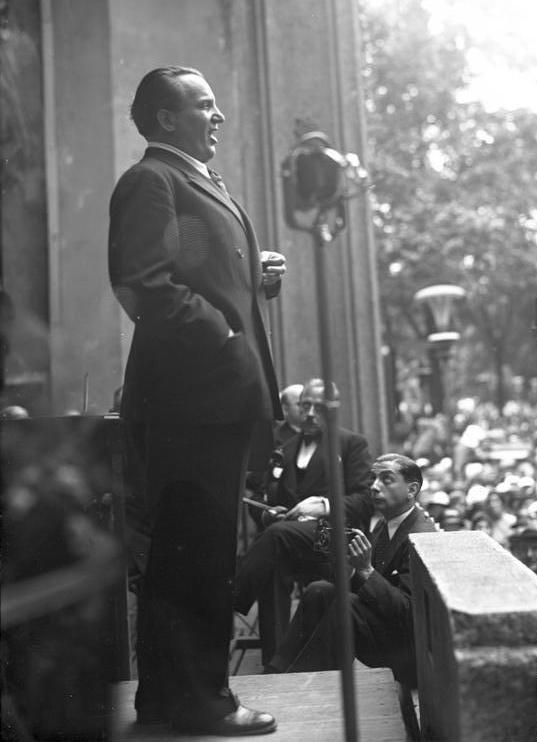 Richard Tauber singing at a charity concert in Berlin in 1932.