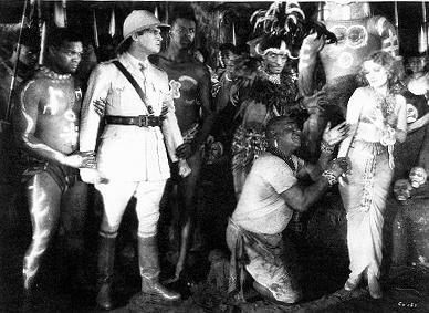Szenenfoto aus Golden Dawn (1930); Walter Woolf (links), Noah Beery (kniend) und Vivienne Segal als Titelheldin (rechts)