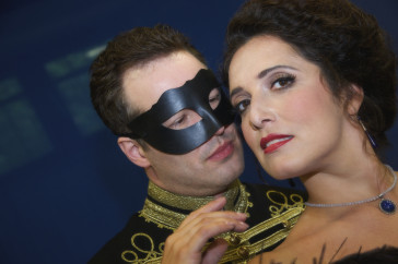 Daniel Prohaska as Mister X and Alexandra Reinprecht as Fedora. (Photo: Christian Zach/Theater am Gärtnerplatz)