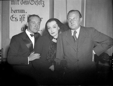 "Zarah Leander with Max Hansen (l.) and composer Ralph Benatzky, backstage in 1935, during an ""Axel"" performance in Vienna."