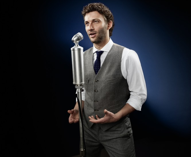 "Jonas Kaufmann in a retro ""crooner"" pose. (Photo: Gregor Hohenberg/Sony Classical)"