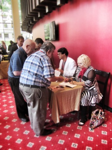 Yvonne Kálmán and Stefan Frey signing the new biography on Emmerich Kálmán in the foyer of the theater.