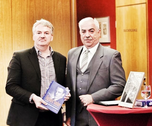 The author, Martin Sollfrank (l.) at the book presentation at the Semperoper Dresden with Intendant Wolfgang Rothe who is handed the first copy of the book.