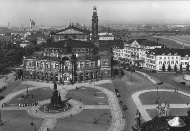 The Semperoper seen in a historical bird-eye perpective, around 1900. (Photo: Wikipedia)