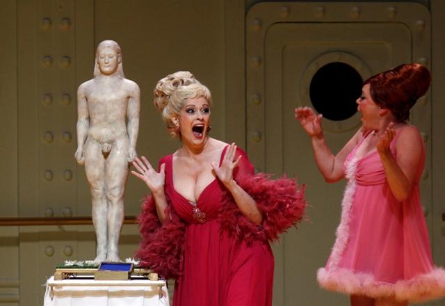 Jennifer Larmore as Helena. (Photo: Klaus Lefebvre/Hambruger Staatsoper)