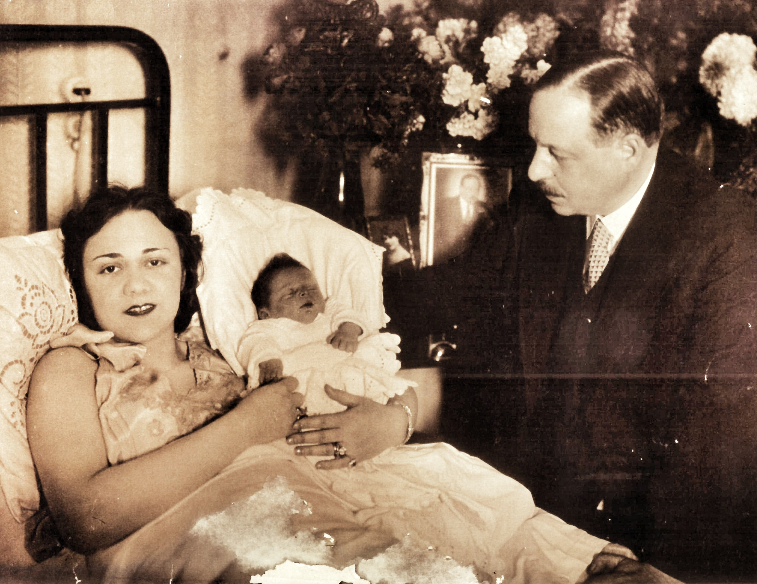 Vera Kálmán in 1929, holding her first-born child Karl.