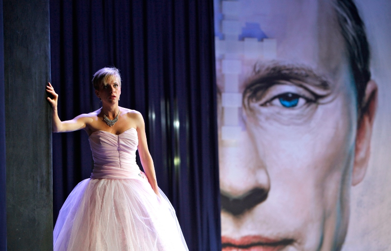 "Astrid Kessler as Sonja in the Dresden production of ""Zarewitsch"". With Vladimir Putin giving her a critical eye. (Photo: Kai-Uwe Schulte-Bunert/Staatsoperette Dresden)"