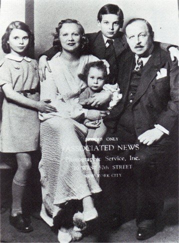 Emmerich Kálmán and his family, arriving in New York in 1940. Charles Kálmán stands at the back, Yvonne is on her mother's knee. Left: Elisabeth.