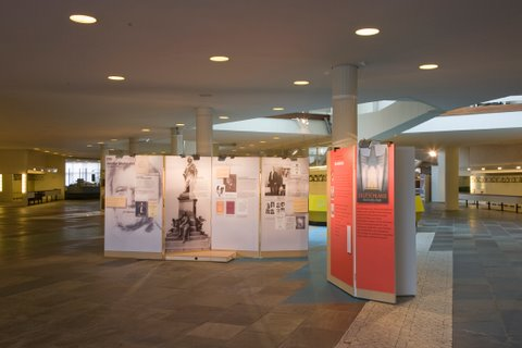 The exhibition, as presented in the foyer of the Berliner Philharmonie in 2007. (Photo: A. Dümling)