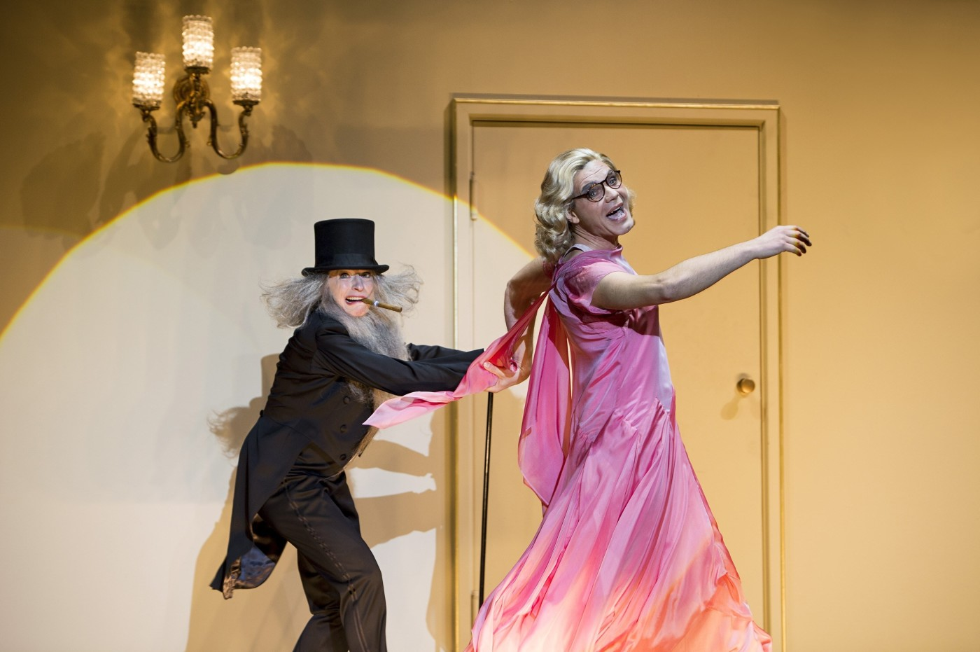 "One of the many cross-dressing moments: Dagmar Manzel and Max Hopp in a scene from ""Eine Frau, die weiß was sie will"". (Photo: Iko Freese drama-berlin.de)"