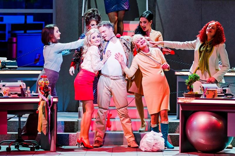 """A scene from succesful """"Sekretärinnen"""" at the Musikalische Komödie. (Photo: Kirsten Nijhof/Oper Leipzig)"""