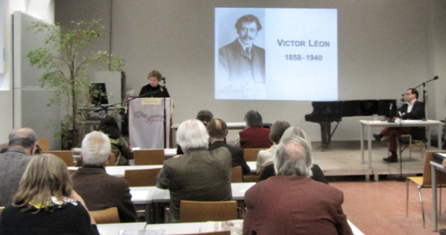 Barbara Denscher presenting her Victor Léon lecture at the Tanz-Signale 2015.