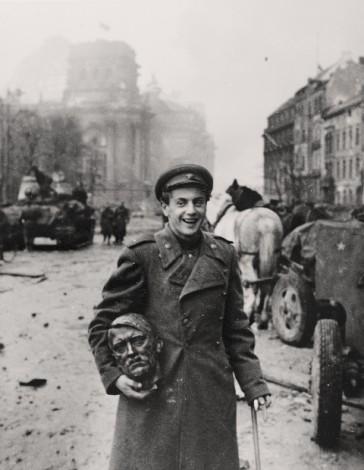 The poet Jewgeni Dolmatowski in Berlin,  May 2, 1945. Photo by Jewgeni Chaldej © Collection Ernst Volland and Heinz Krimmer, Stiftung Deutsches Historisches Museum