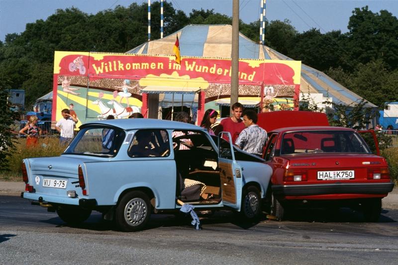 """""""Unfall auf der B91, 1989/90."""" (Photo: Daniel Biskup, Berlin/DHM)"""