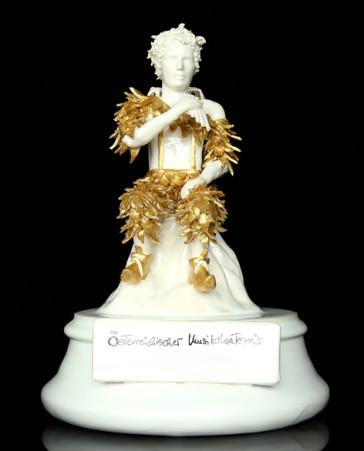 """The """"Österreichische Musiktheaterpreis,"""" a golden statue of Schikaneder. (Photo: ORF)"""