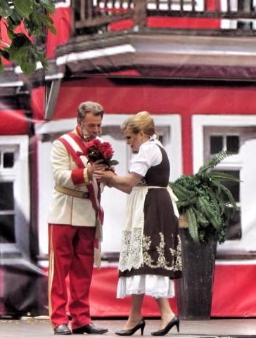 "Patrick Lindner and Ilonka Vöckel in a scene from ""Im weißen Rössl"" 2015. (Photo: ORCA)"