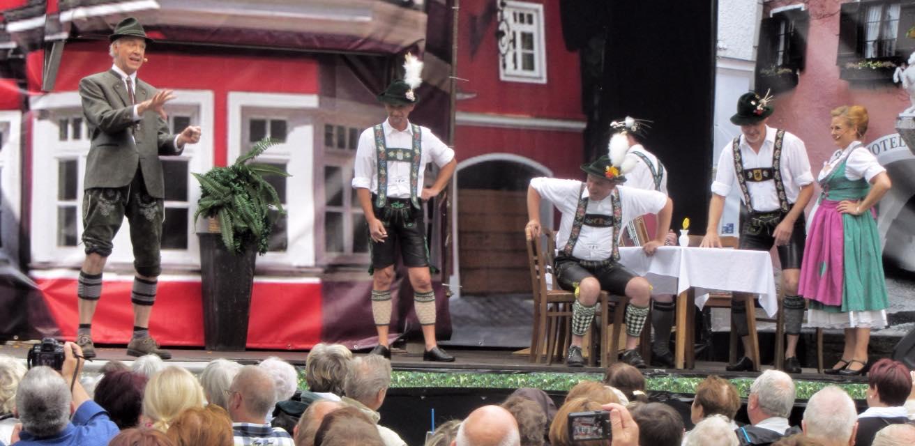 "Erwin Bruhn as Gisecke and the Tyrolean dancers in ""Im weißen Rössl"" in Rüdersdorf. (Photo: ORCA)"