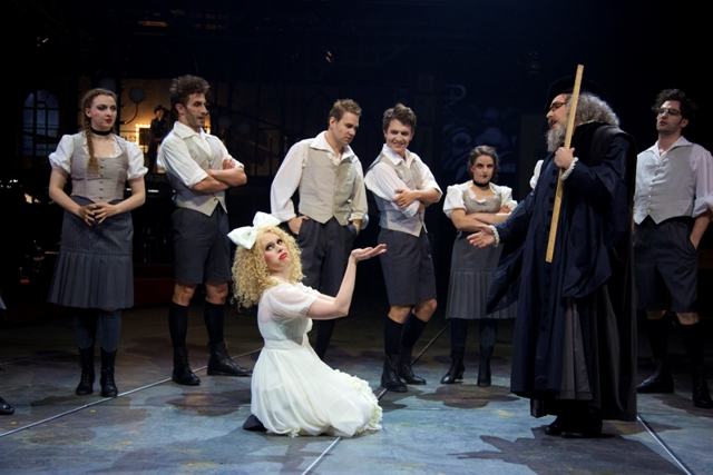 """Dr. FAUST jun."" in Munich: Florence Losseau as Aglaé, Thomas Hohenberger as Brandner, Alexandra Flood as Marguerite, Stefan Thomas as Siebel, Niklas Mallmann as Frantz, Sarah Mzali-Aristidou as Lisette, David Sitka as Faust, Ioannis Kalyvas as Altmayr. (Photo: Christian POGO Zach)"