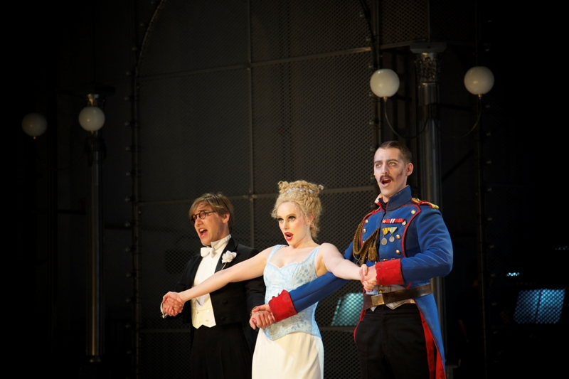 """Dr. FAUST jun."": David Sitka as Faust, Alexandra Flood as Marguerite, Maximilian Mayer as Valentin. (Photo: Christian POGO Zach)"