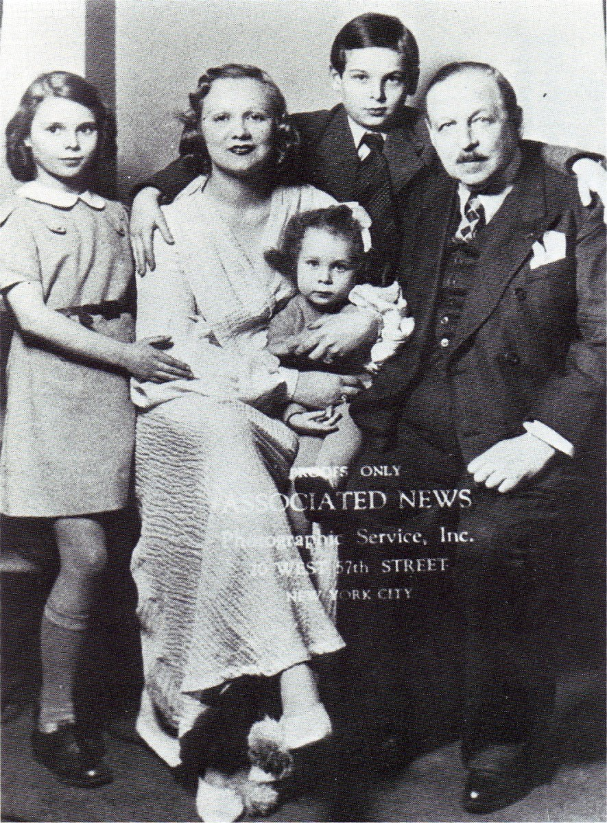 Emmerich Kalman and his family arriving in New York in May 1940. Yvonne Kalman can be seen sitting on her mother's knee. (Photo: ORCA)