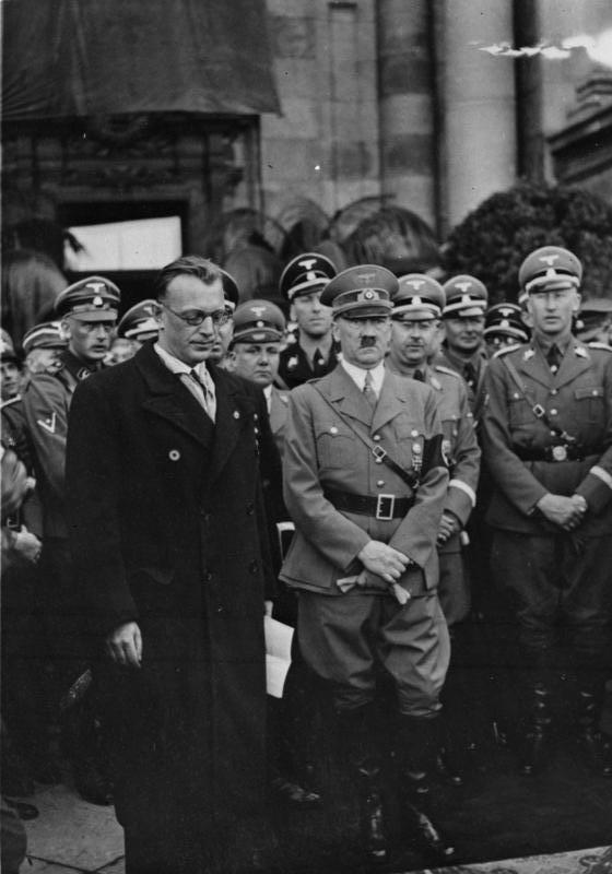 Arthur Seyß-Inquart standing next to Adolf Hitler in Vienna, 1938. (Photo: Bundesarchiv Bild 119-5243)