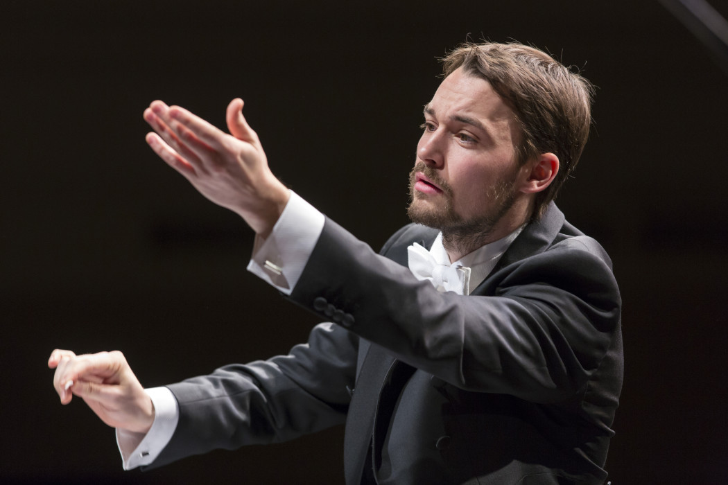 Preisträger Dominic Limburg dirigiert das Orchester der Musikalischen Komödie Leipzig. © Tom Schulze