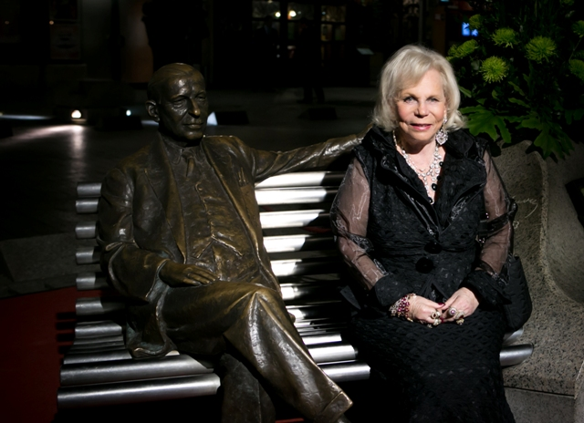 Yvonne Kalman sitting outside the Budapest Operetta Theater, before the Csardasfürstin gala 2015. (Photo: Budapesti Operettszínhás)