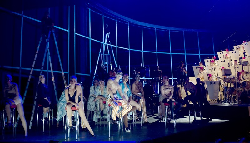 "The sexy chorus and dance ensemble in ""Kiss Me, Kate"" at the Komische Oper Berlin. (Photo: Monika Ritterhaus)"