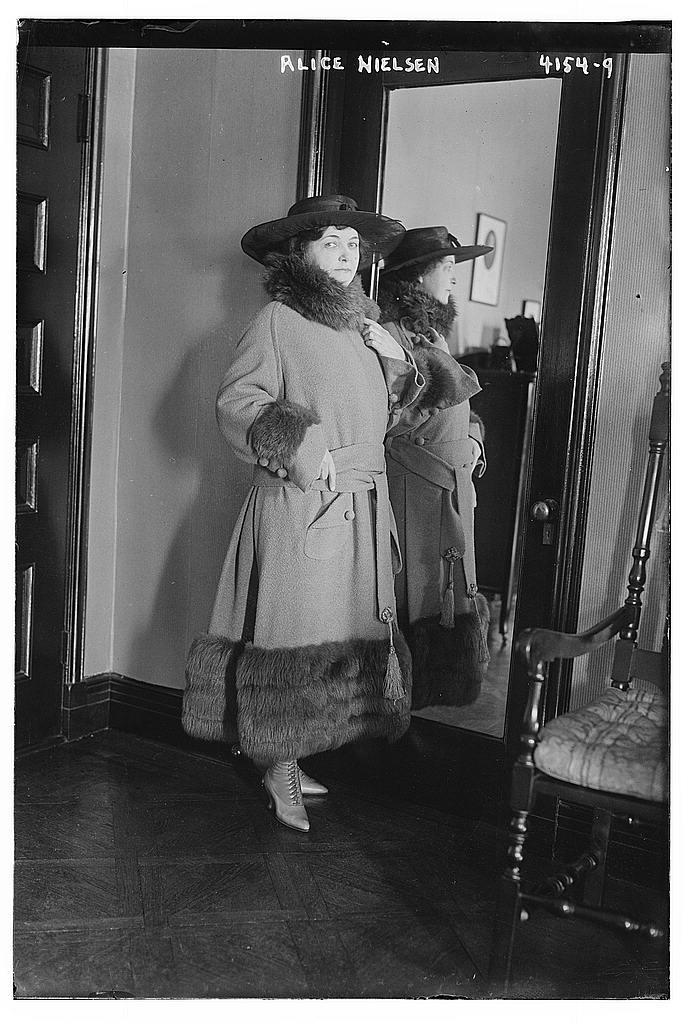 Soprano Alice Nielsen in 1917.