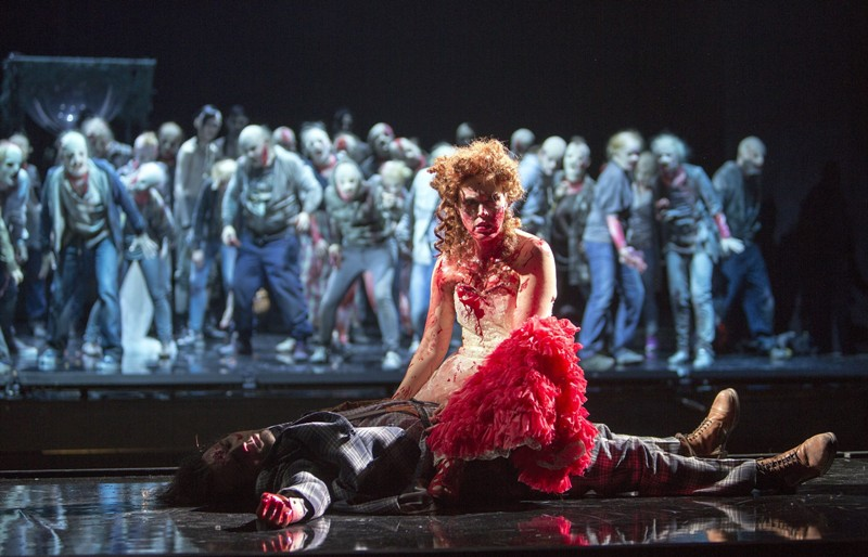 """The walking dead: Nichole Chevalier as Malwina in """"Der Vampyr"""" with the zombie chorus in the back. (Photo: Iko Freese/drama-berlin.de)"""