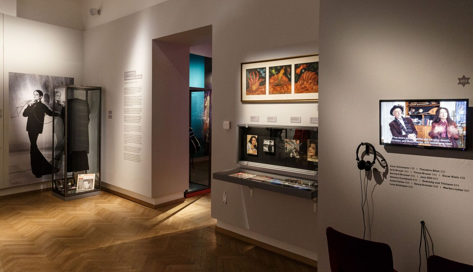 """Video screens and objects in the exhibition """"Stars of David."""" (Photo: Jüdisches Museum Wien/Stalzer & Partner GmbH)"""