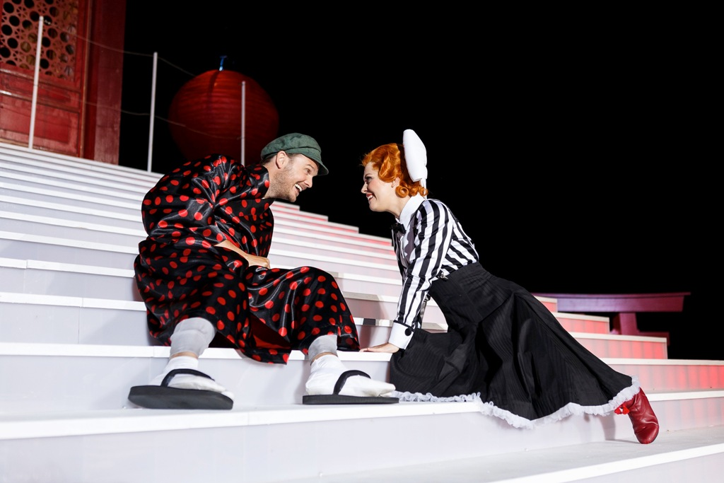 "Katrin Fuchs as Riquette and Andreas Sauerzapf as Janczi in ""Viktoria und ihr Husar."" (Photo: Seefestspiele Mörbisch / Jerzy Bin)"