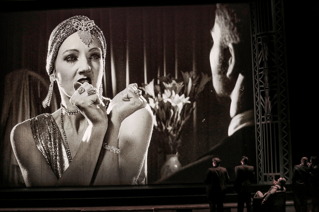 "Bettina Mönch as Gloria Mills in ""Axel an der Himmelstür."" (Photo: Barbara Pálffy/Volksoper Wien)"