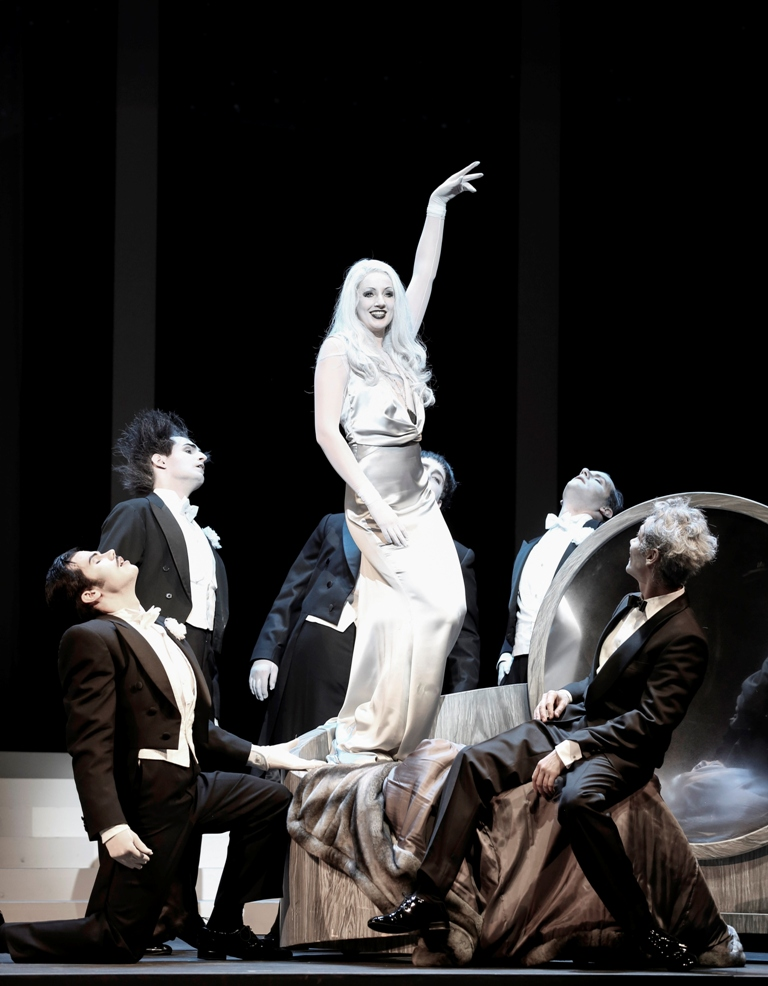 "Bettina Mönch (Gloria Mills), Hollywood Harmonists: Maximilian Klakow, Oliver Liebl, Jakob Semotan, Stefan Bischoff, Andreas Bieber (Axel Swift) in ""Axel an der Himmelstür."" (Photo: Barbara Pálffy/Volksoper Wien)"