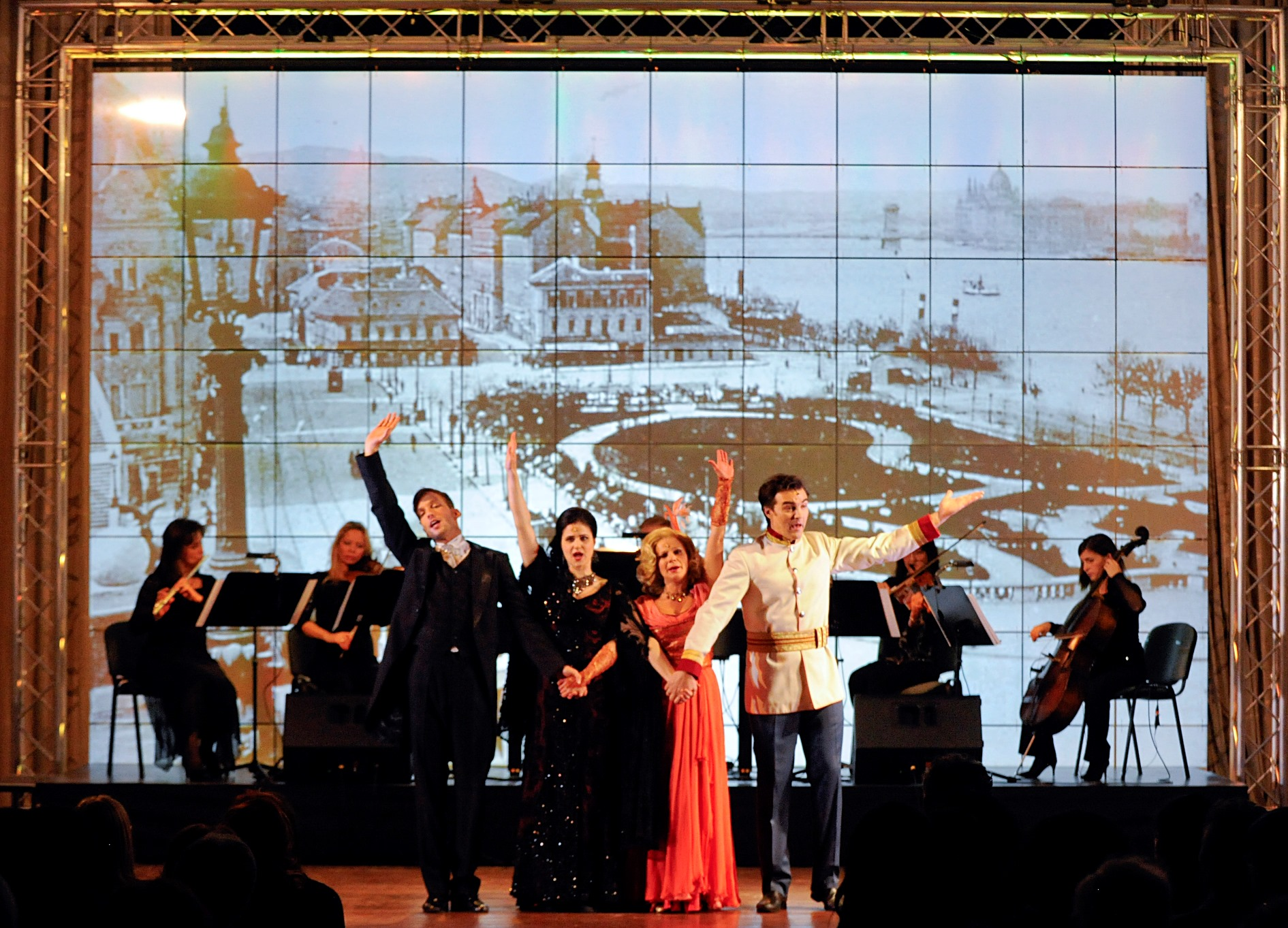 "The Hungarian soloists performing a ""travelling edition"" of ""Csardasfürstin"" with chamber orchestra. (Photo: Budapest Operetta Theater)"