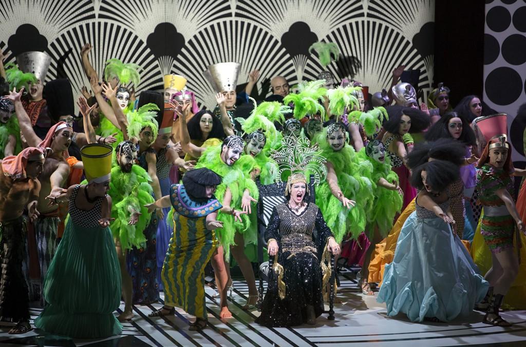 "Dagmar Manzel as Cleopatra, surrounded by the chorus and dancers of the Komische Oper Berlin, in ""Die Perlen der Cleopatra."" (Photo: Iko Freese/drama-berlin.de)"