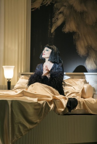 "Dagmar Manzel as a very 1920s Queen of the Nile in ""Perlen der Cleopatra"" at the Komische Oper Berlin. (Photo: Iko Freese/drama-berlin.de)"