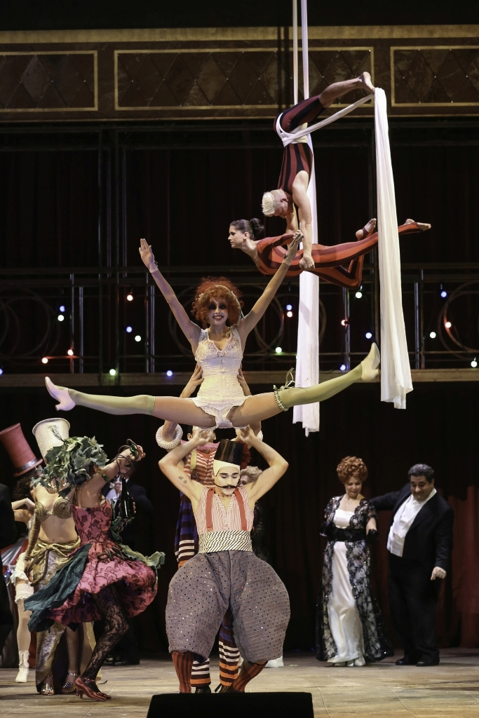 "The Wiener Staatsballett, Chorus, and extras in ""Die Zirkusprinzessin."" (Photo: Barbara Pálffy/Volksoper Wien)"