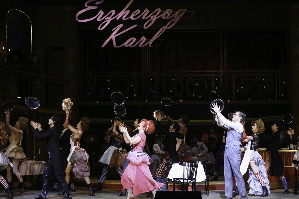 "Scene in the Erzherzog Karl hotel, in ""Die Zirkusprinzessin."" With Elisabeth Schwarz (Miss Mabel Gibson), Michael Havlicek (Toni Schlumberger), Wiener Staatsballett, and extras. (Photo: Barbara Pálffy/Volksoper Wien)"