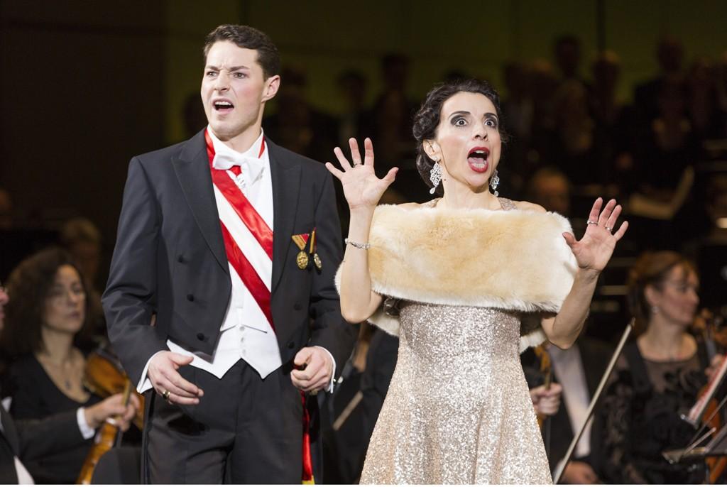 """Marinka"" at the Komische Oper Berlin 2016, with Johannes Dunz (l.) and Ruth Brauer-Kvam in the title role. (Photo: Robert-Recker.de)"