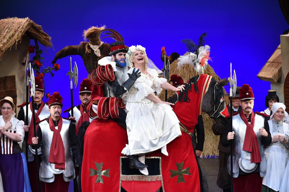 "Jens Klaus Wilde as Bluebread and Carola Fischer as Boulotte in ""Ritter Blaubart"" in Cottbus. (Photo: Marlies Kross)"