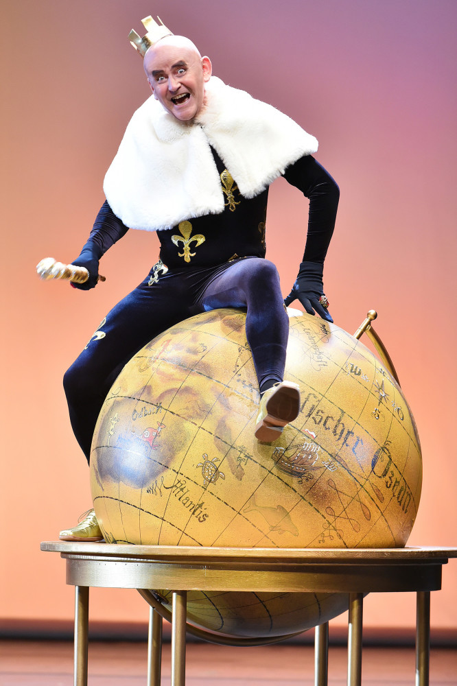"Matthias Bleidorn as King Bobèche in ""Ritter Blaubart"" in Cottbus. (Photo: Marlies Kross)"