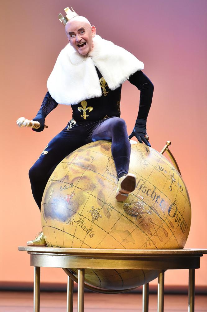 """Matthias Bleidorn as King Bobèche in """"Ritter Blaubart"""" in Cottbus. (Photo: Marlies Kross)"""