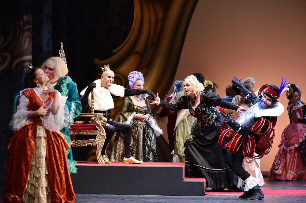 "The hand kissing ceremony at court with Carola Fischer as Boulotte, in ""Ritter Blaubart"" in Cottbus. (Photo: Marlies Kross)"