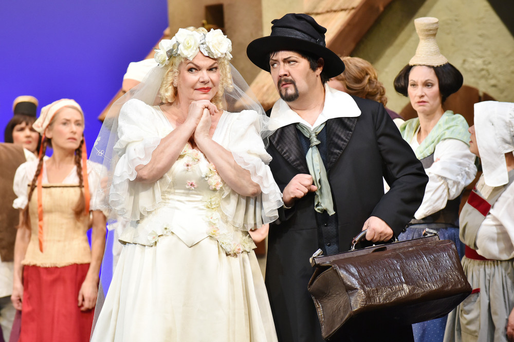 "Carola Fischer in her wedding outfit in act one of ""Ritter Blaubart"" in Cottbus. (Photo: Marlies Kross)"