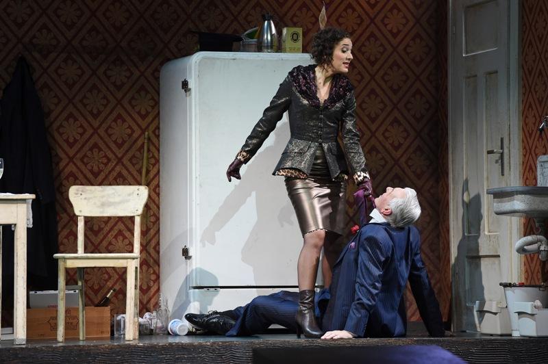 """Juliane Banse (Angèle Didier) and Bruce Rankin (Fürst Basil Basilowitsch) in """"Der Graf von Luxemburg."""" (Photo: Hans Jörg Michel)"""