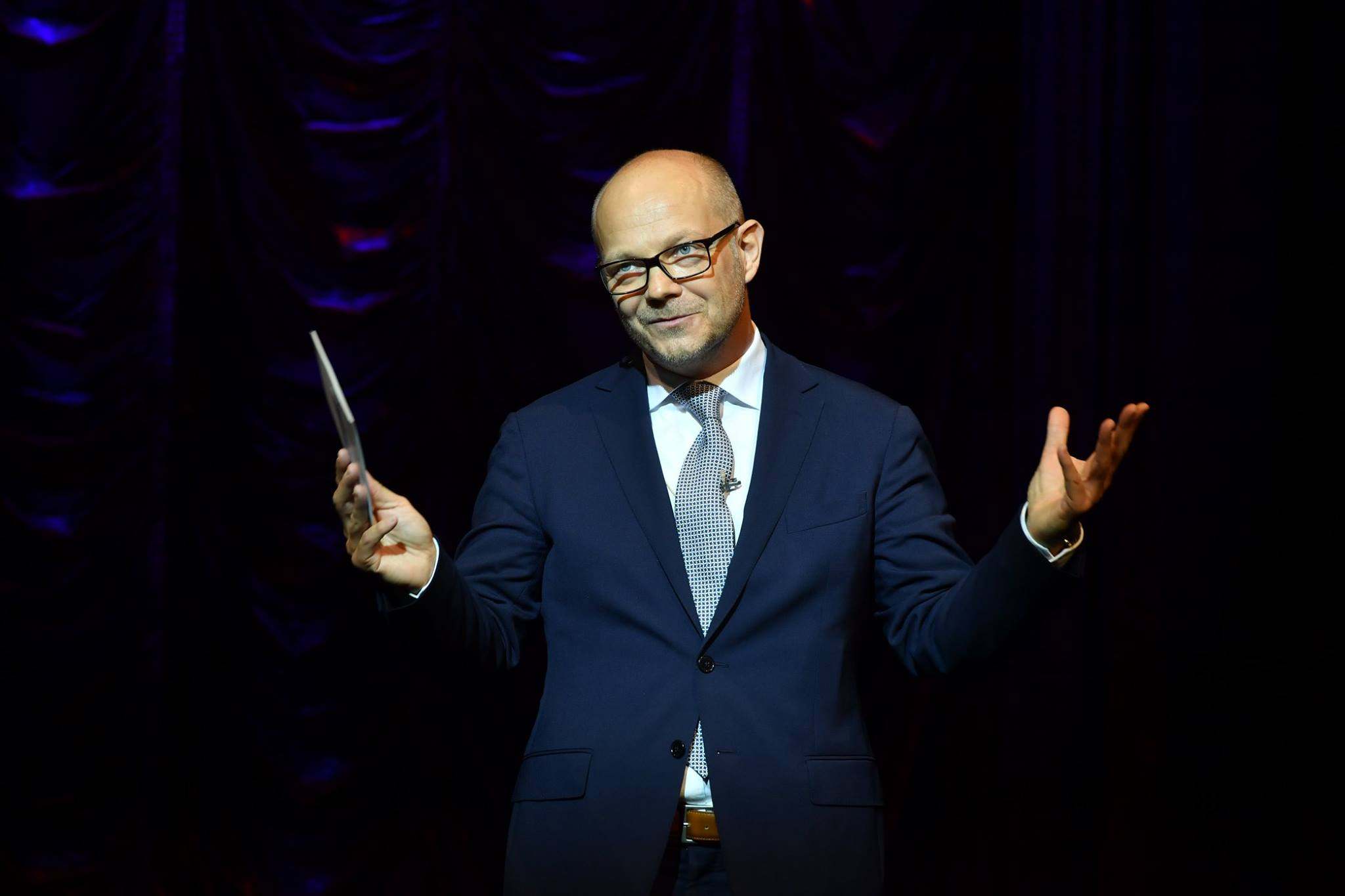 The director of the Budapest Operetta Theater, György Lőrinczy, welcoming the guests to the new Imre Kálmán Theatre. (Photó: Budapesti Operettszínház)