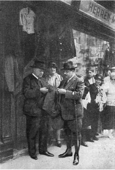"Emmerich Kalman (r.) and Franz Lehar in front of the shop Louvre, looking at fabrics. From the 1925 magazine ""Die Bühne."" (Photo: Die Villen von Bad Ischl/Amalthea)"