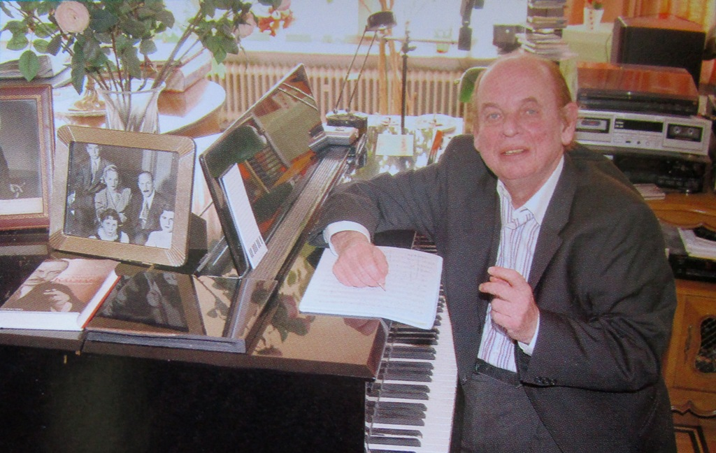 Charles Kalman sitting at his grand piano, in the Munich apartment on Maximilianstraße, 2006. (Photo: Operetta Foundation)